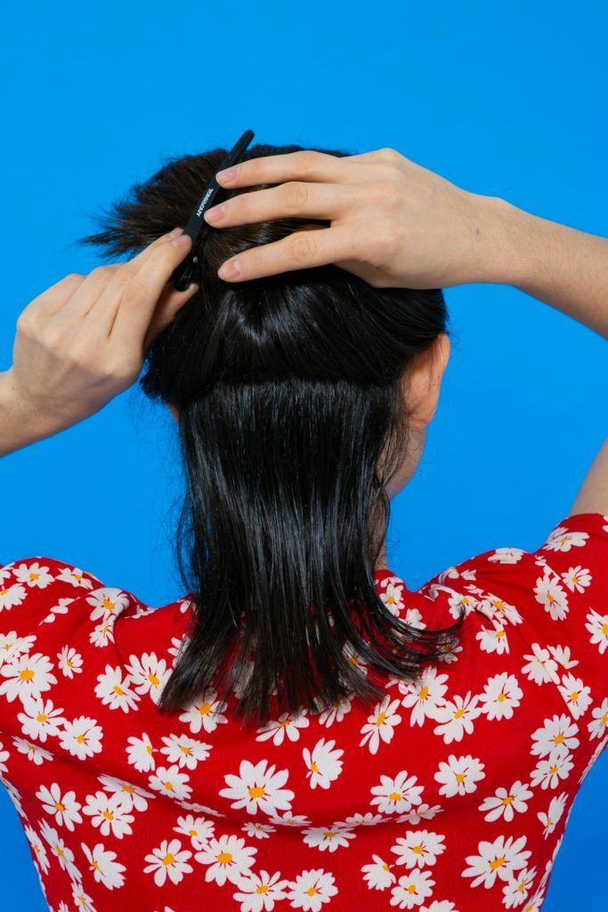 separando uma mecha do cabelo