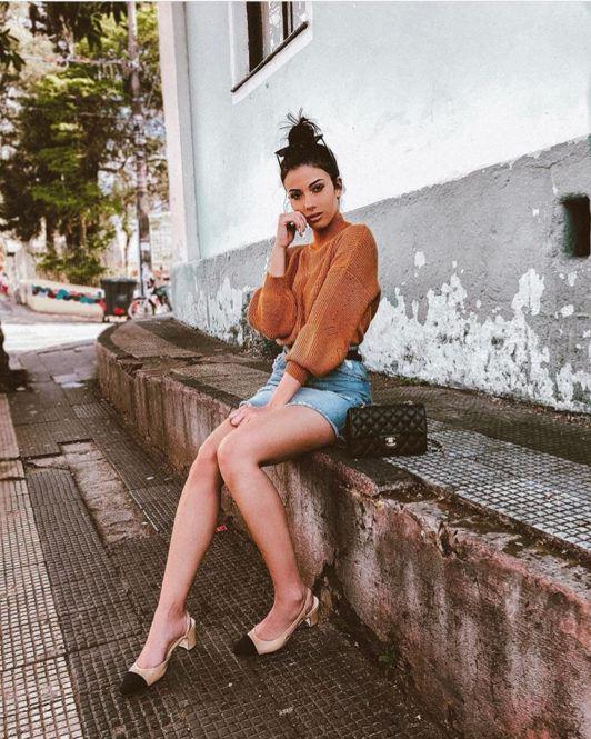 Influencer Tahlita Ferraz com o cabelo preso em um coque alto