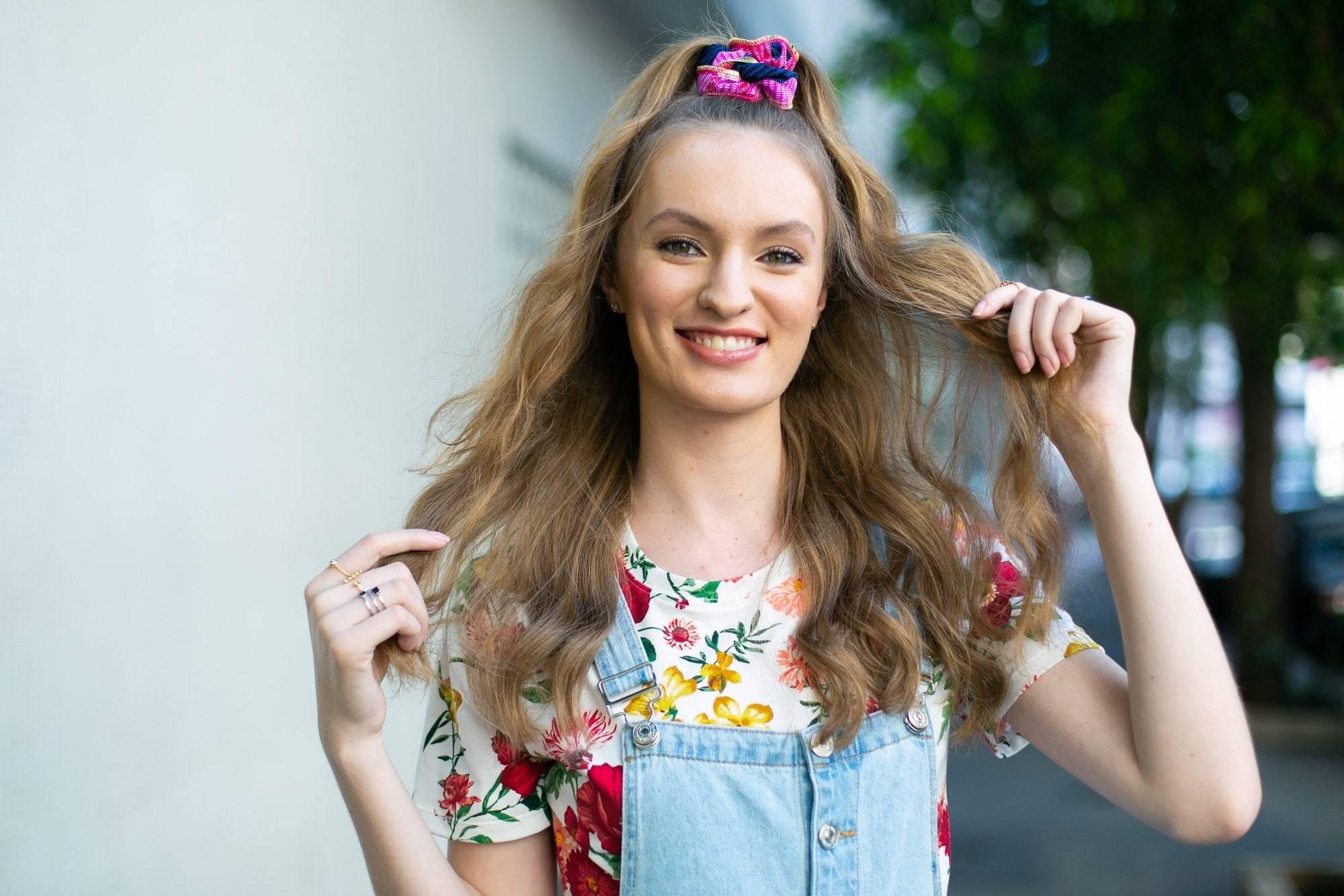 modelo de cabelo longo ondulado com semipreso