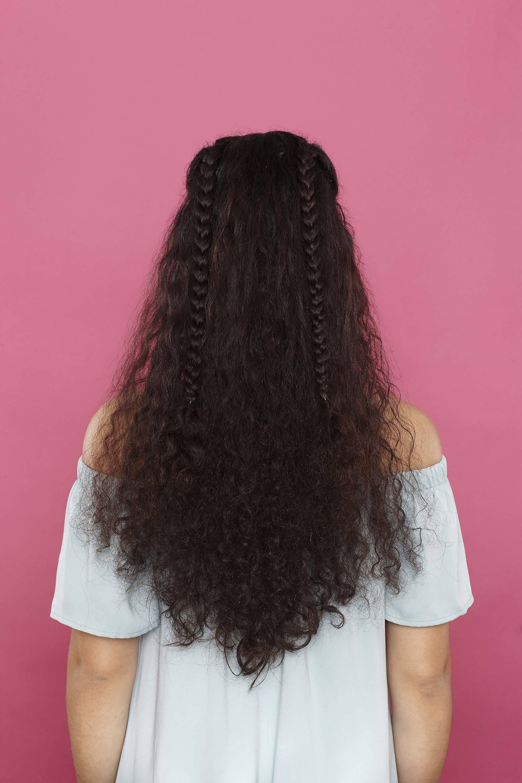 modelo de cabelo cacheado longo com trancinhas,