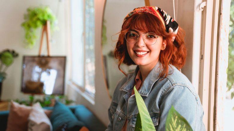 mulher com cabelo pintado de ruivo com lenço na cabeça