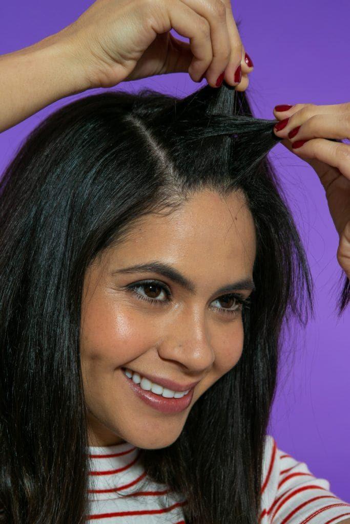 modelo fazendo twist no cabelo