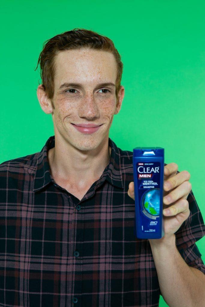 modelo masculino segurando o Shampoo Clear Men Ice Cool Menthol