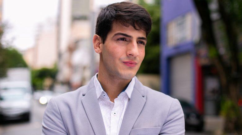 modelo masculino de cabelo liso e preto exibindo cuidado com cabeludo masculino