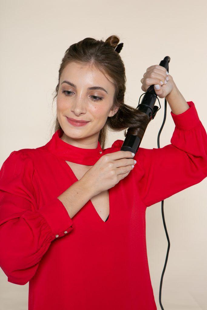 modelo cacheando o cabelo liso