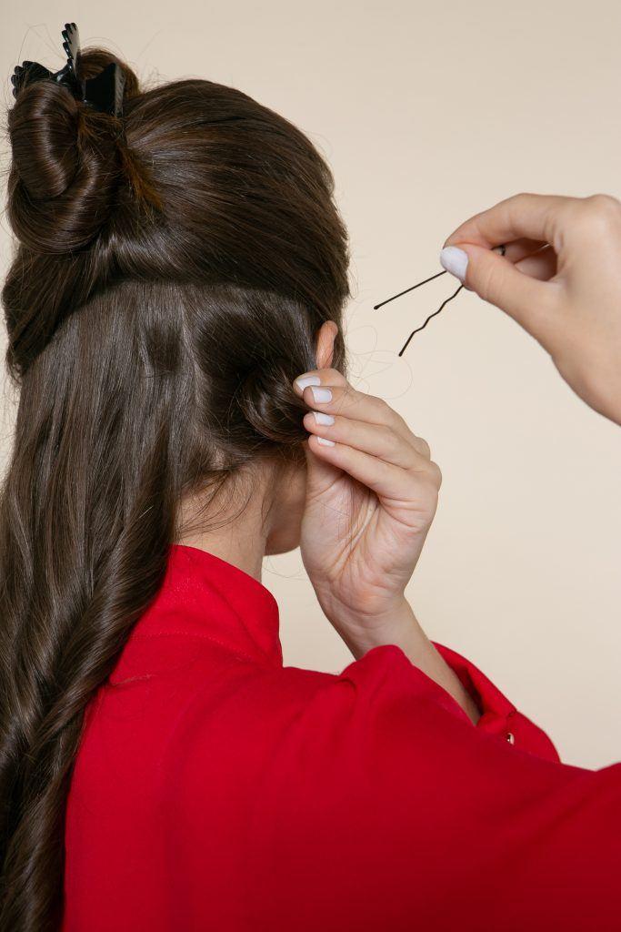 odelo prendendo o cacho para tutorial de como cachear cabelo liso