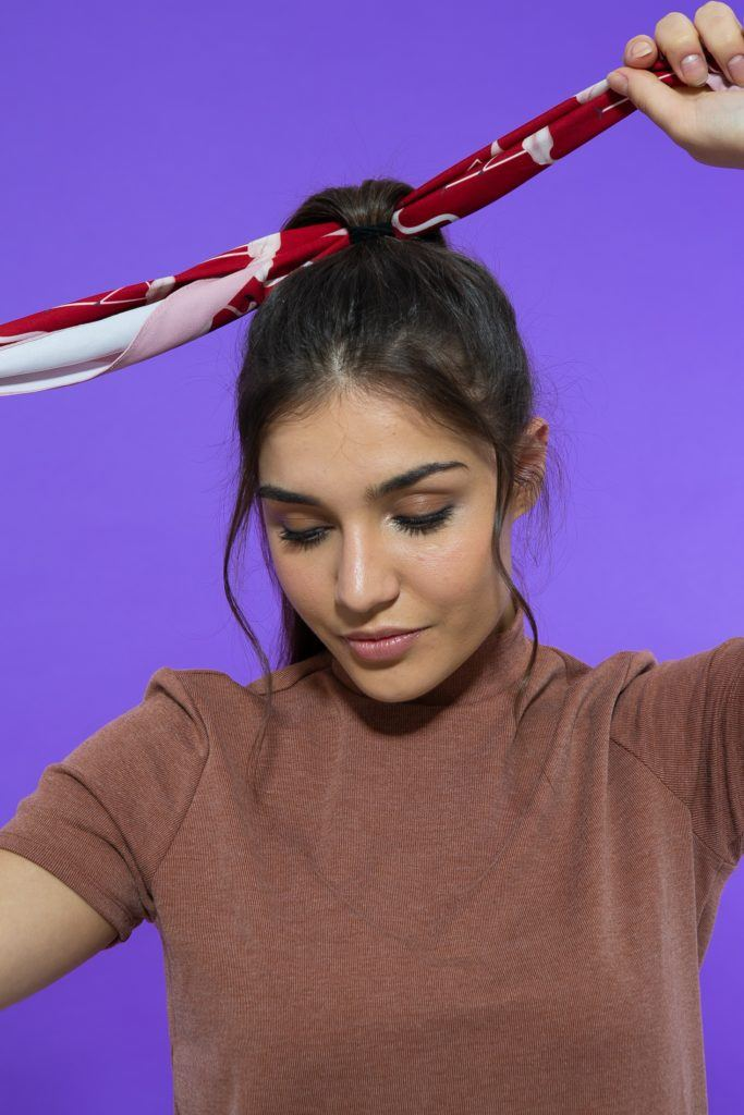Modelo para tutorial de como fazer coque com lenço