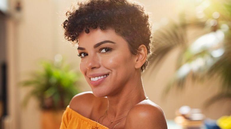 mulher com corte de cabelo feminino curto cacheado