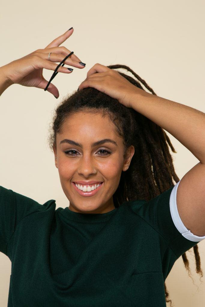 Modelo prende os cabelos com elástico para esilizar os dreadlocks