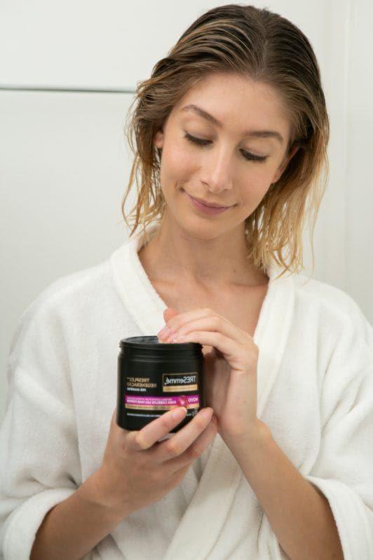 modelo aplicando o Máscara de Tratamento Pré-Shampoo TRESemmé TRESplex Regeneração para fortalecer os cabelos