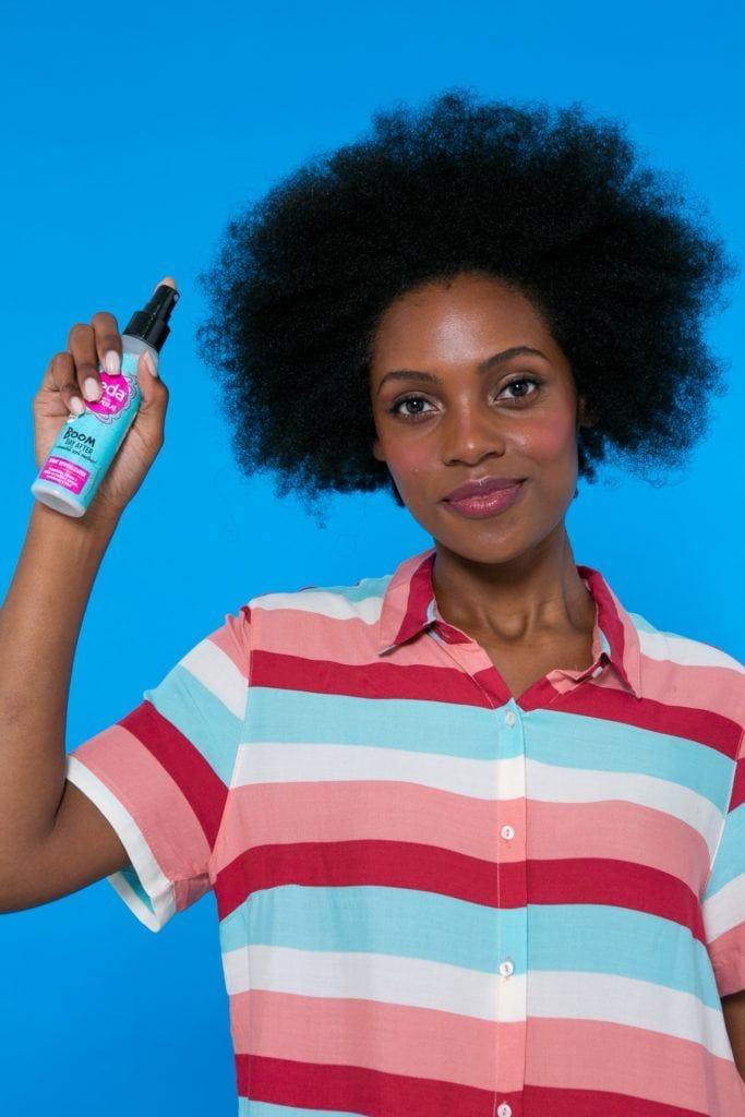 modelo aplicando o Seda Boom Day After para pentear o cabelo afro