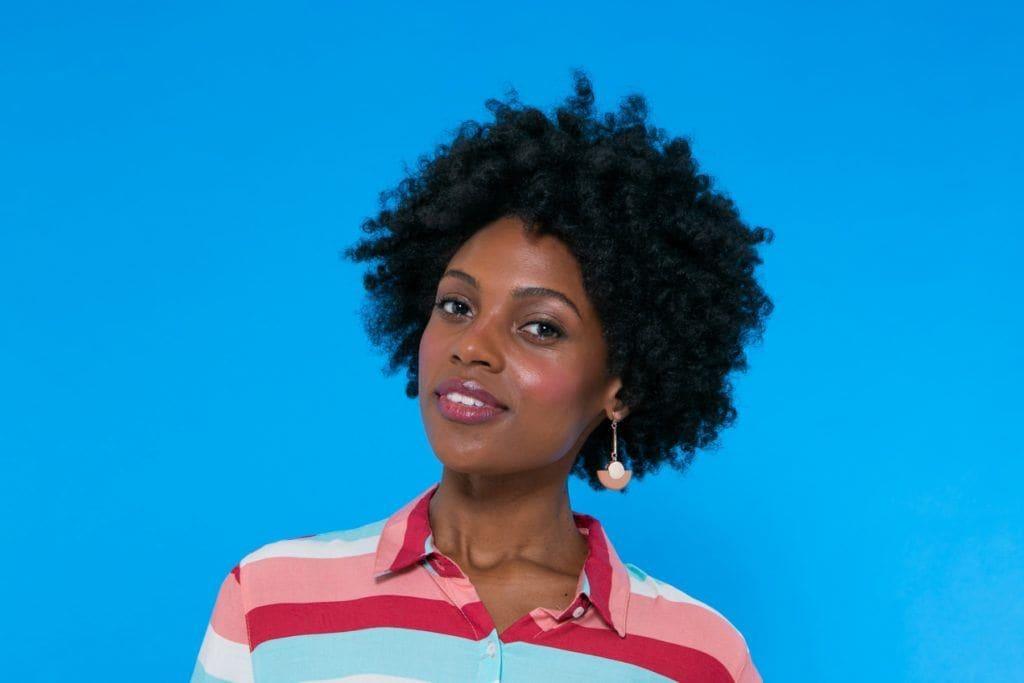modelo de cabelo afro penteado