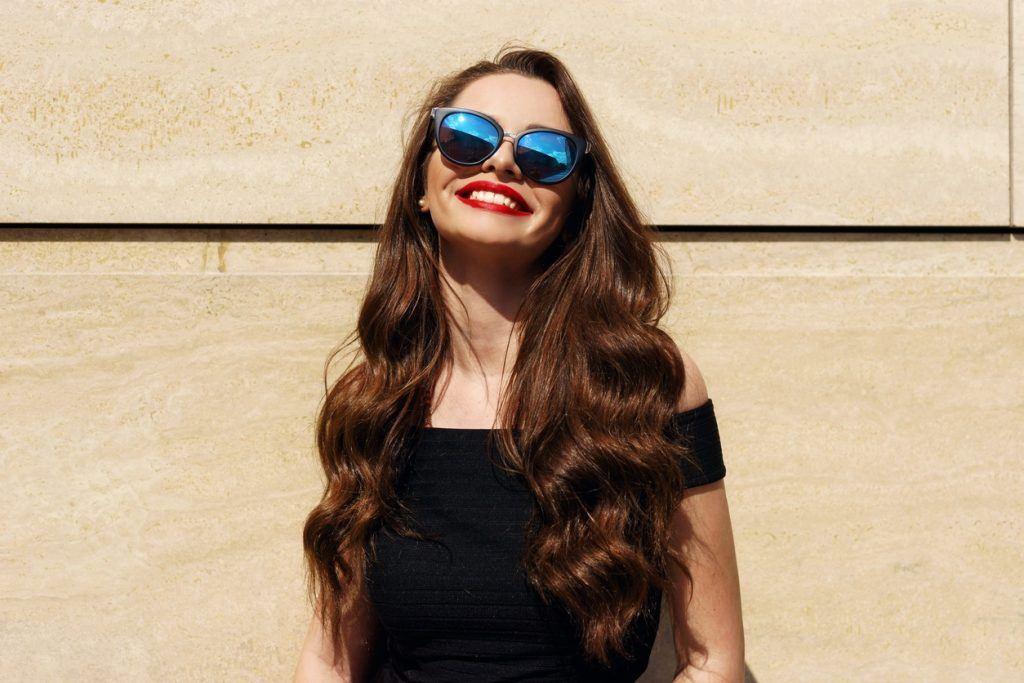 Mulher com cabelos longos e ondulados