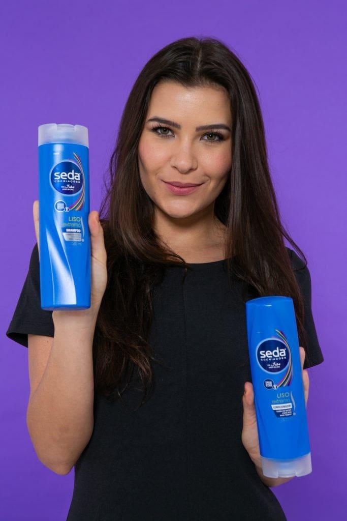 Modelo com shampoo para fazer trança com topete