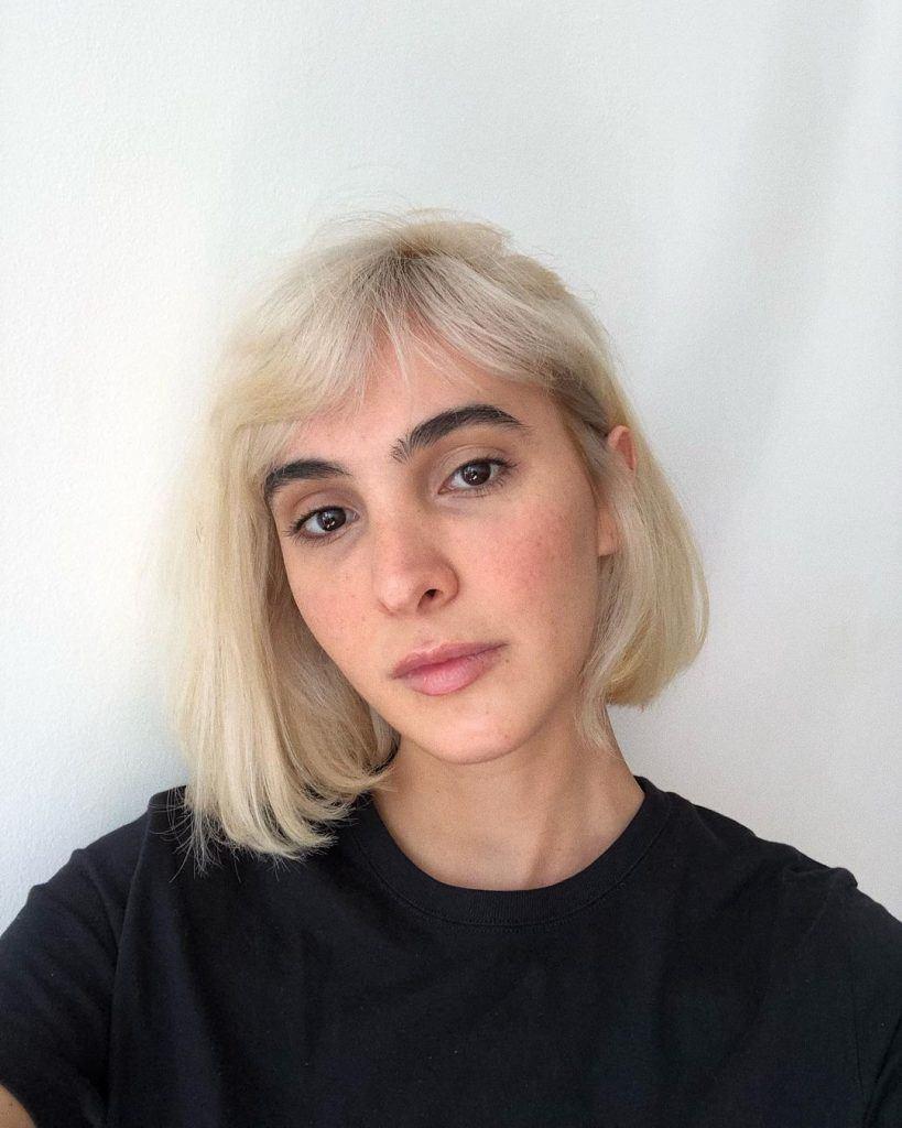mulher com corte de cabelo curto com franja