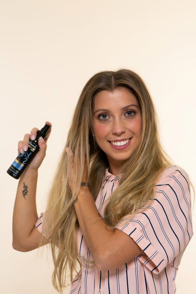 modelo de cabelo loiro, longo aplicando creme de pentear