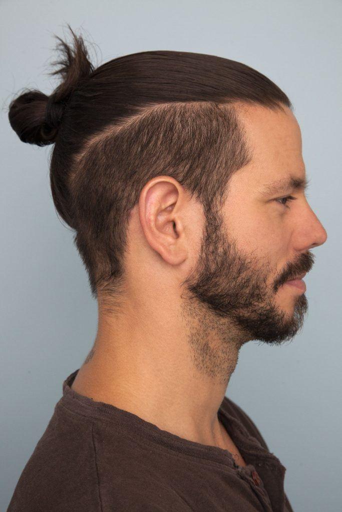 modelo de cabelo longo e corte disfarçado, com coque.