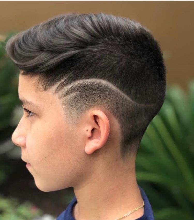 corte fade com desenho no cabelo lateral em cliente masculino