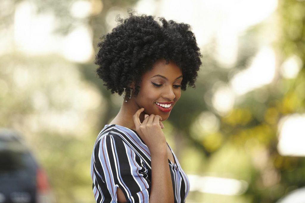 Modelo de cabelo curto crespo