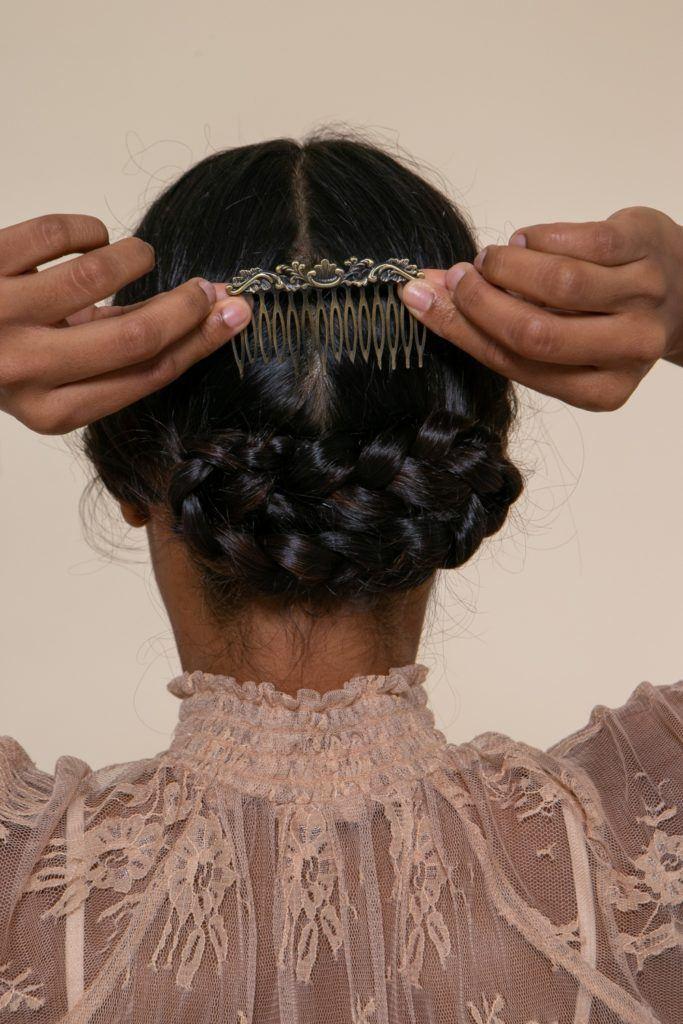 modelo com tranças cruzadas posicionando acessório no penteado de noiva