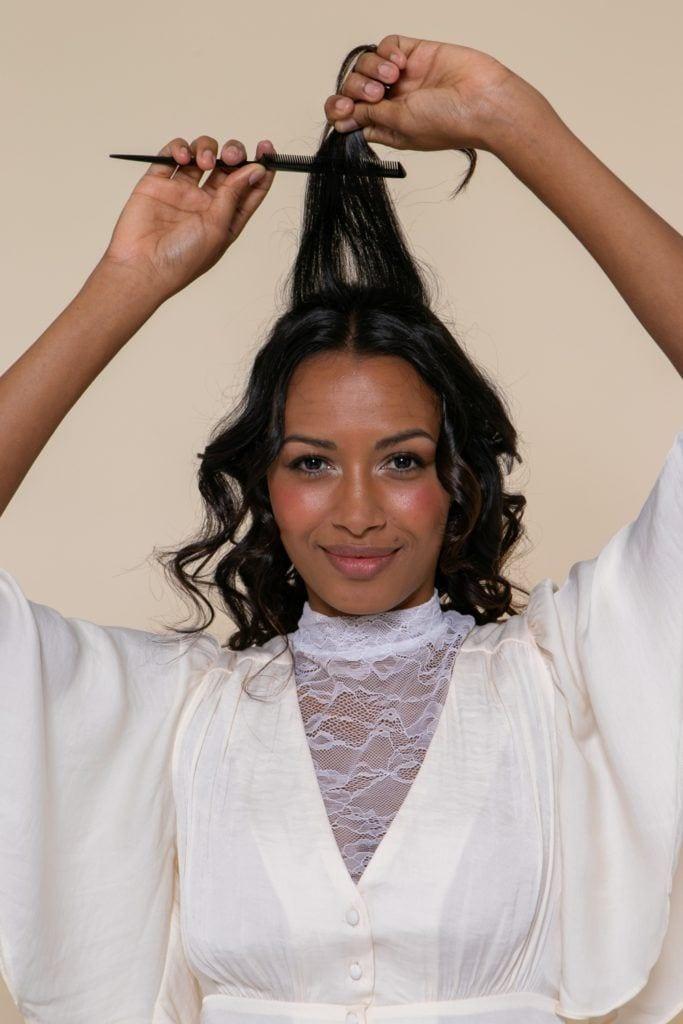 penteado para noiva desfiando os fios com pente fino