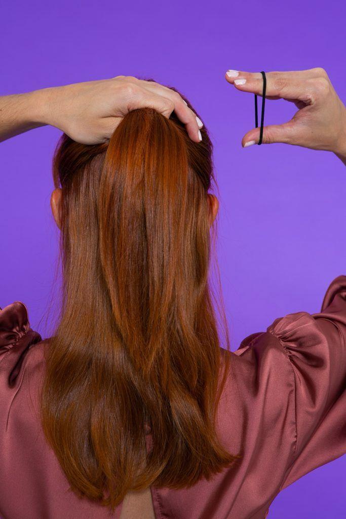 Modelo prendendo o cabelo em um semipreso