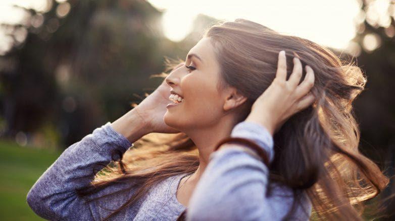 Mulher com cabelos longos, lisos e castanhos