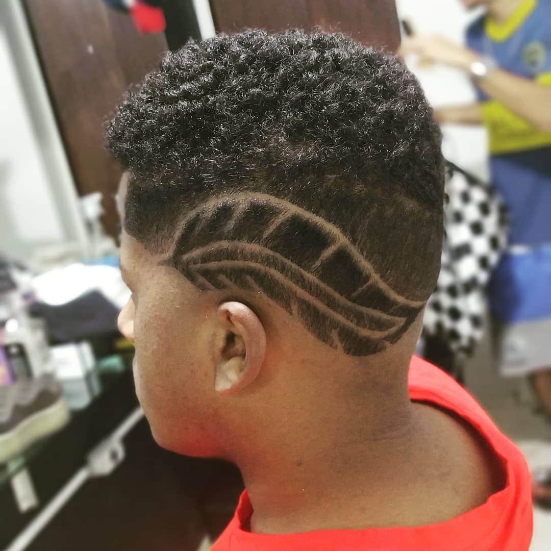 Foto de homem com desenho de pena no cabelo