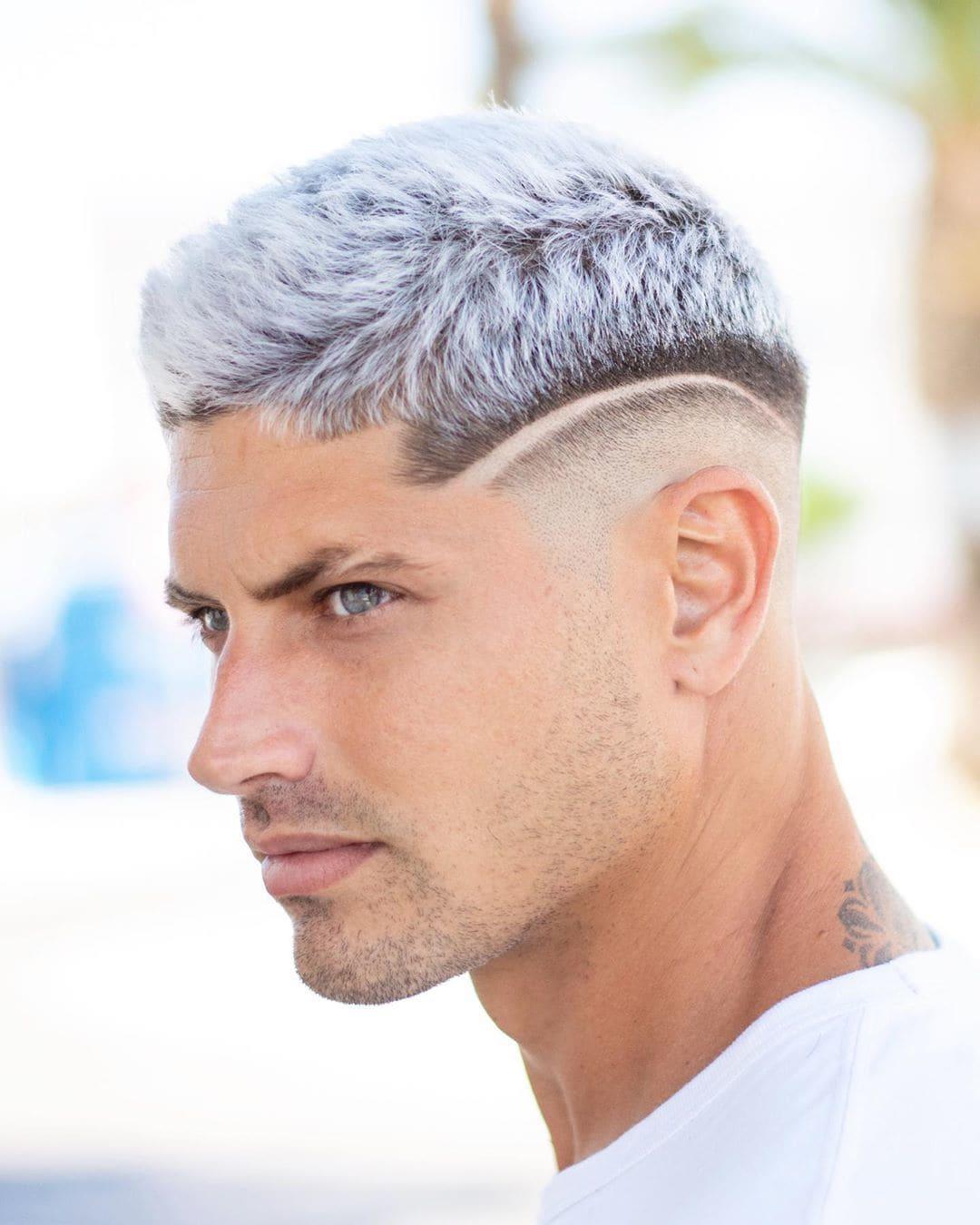 Homem com desenho no cabelo com risca lateral