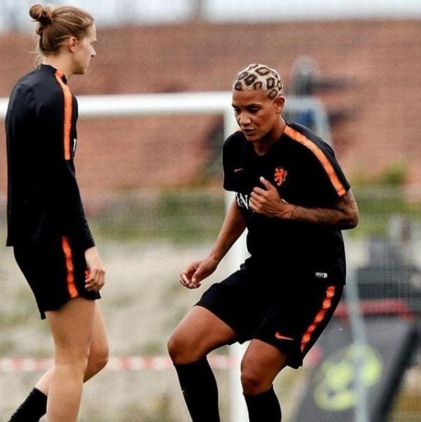 Jogadora de futebol feminino Shanice Van De Sanden com cabelo curto pintado tipo onça