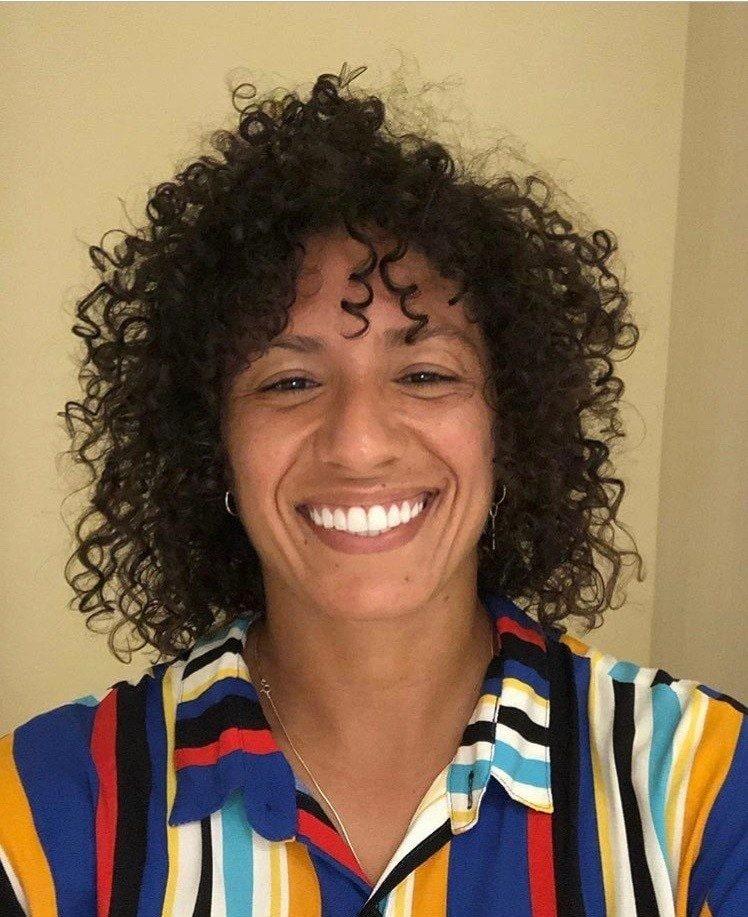 jogadora de futebol feminino Cris Rozeira de cabelo cacheado comprimento médio