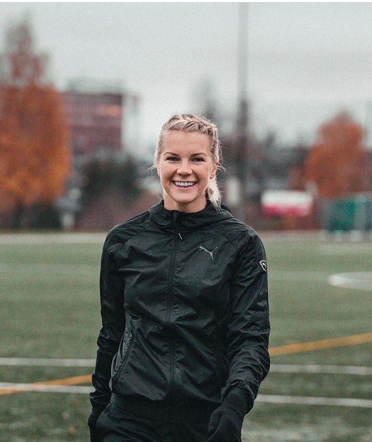jogadora da Noruega de futebol feminino com cabelo preso e trança na franja