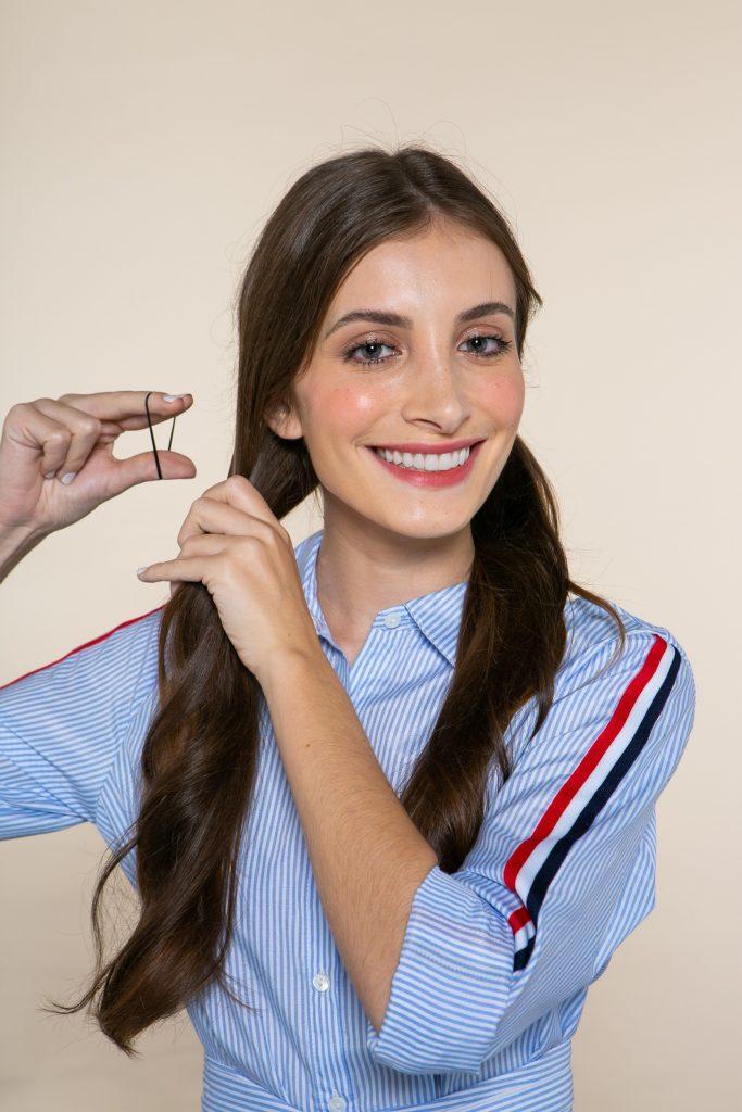 Modelo prendendo o cabelo