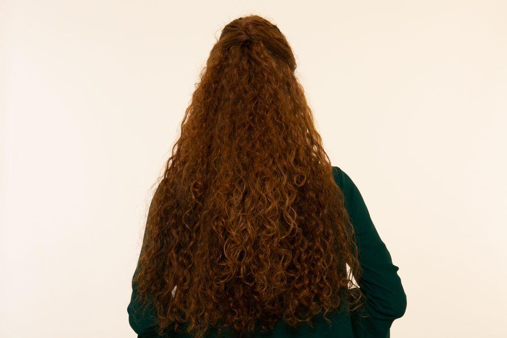 Modelo com penteado semipreso de costas