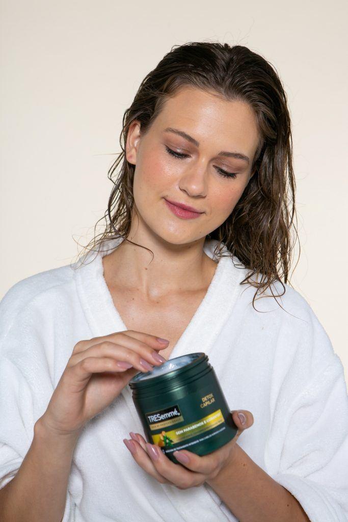 modelo aplicando Máscara de Tratamento TRESemmé Detox Capilar