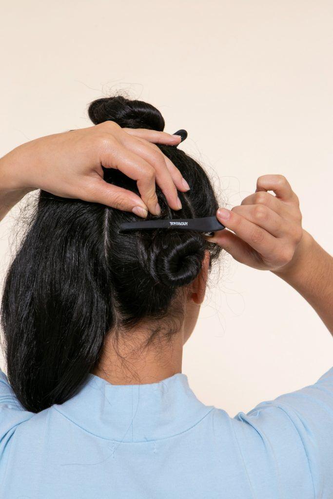 modelo prendendo o cabelo para criar tranças