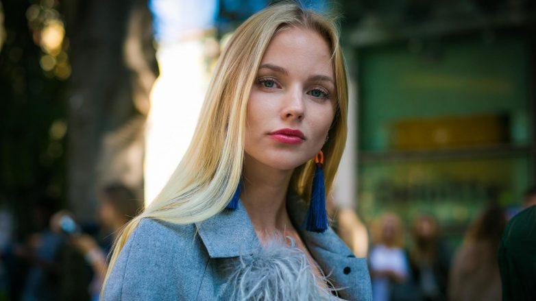Modelo loira de cabelo longo liso
