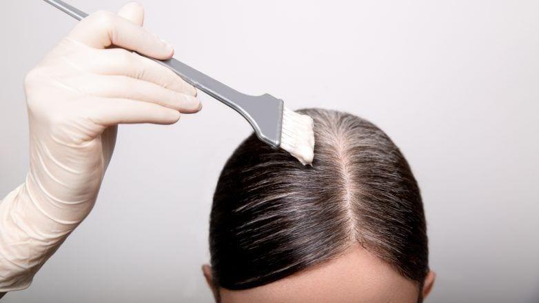mulher tingindo o cabelo sozinha