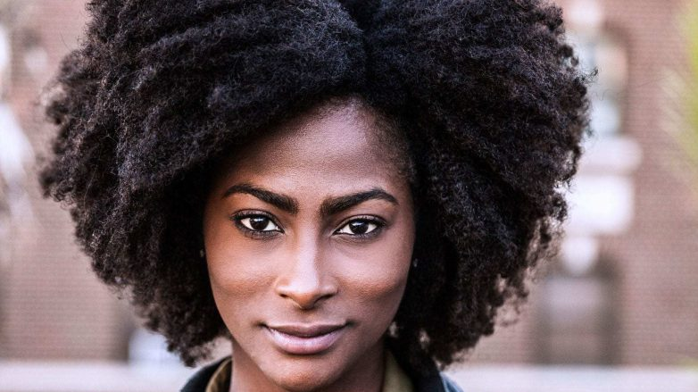 Mulher com cabelo black power