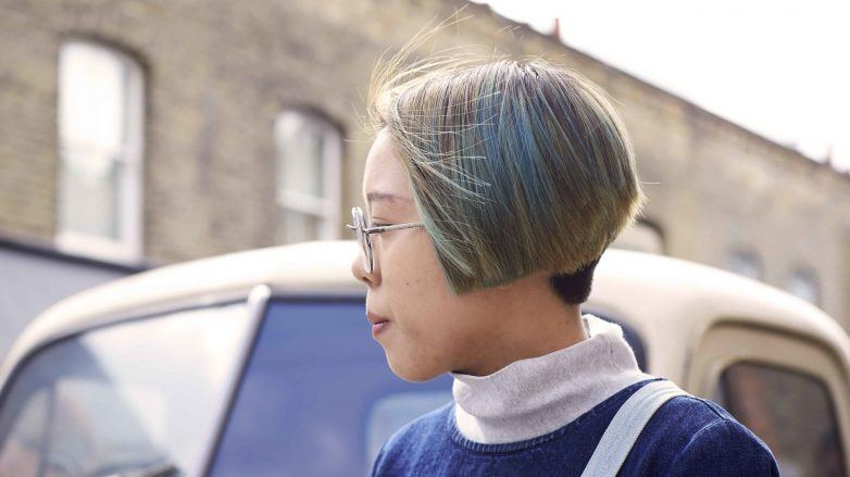 Mulher com cabelo chanel colorido e raspado na nuca