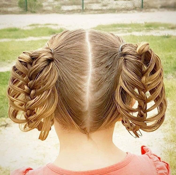 Menina com penteado de tranças