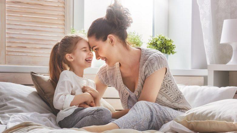 mãe e filha para matéria de cabelo escurece quando a gente cresce