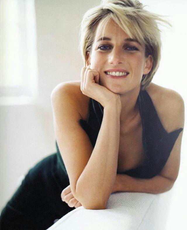 Princesa Diana com vestido preto