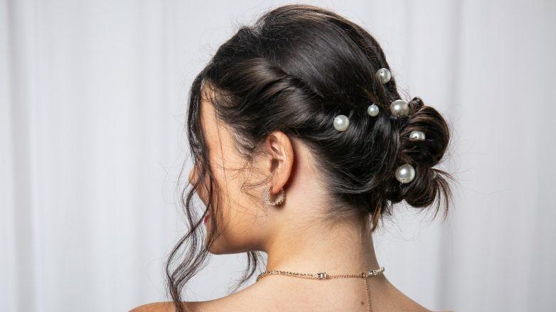 Modelo com coque e pérolas no cabelo