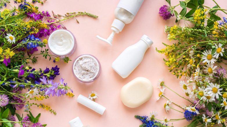 Foto com diversos produtos de beleza