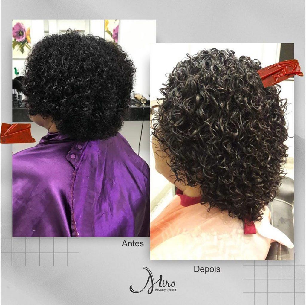 mulher com permanente afro no cabelo