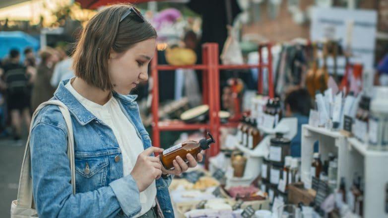 mulher lendo embalagem de produto