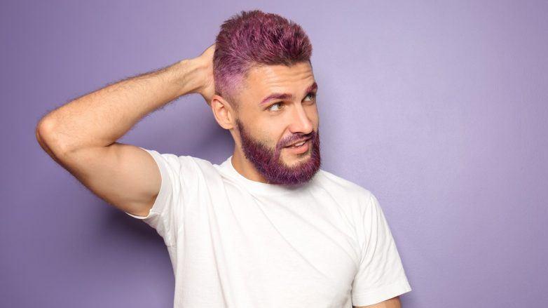 Homem com cabelo pintado de roxo