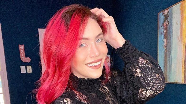 mulher com cabelo liso colorido