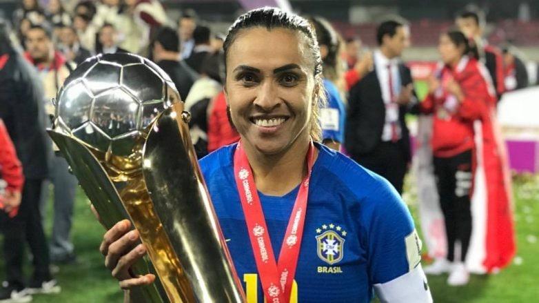 Marta Silva segura taça após vencer campeonato de futebol pela Seleção Brasileira